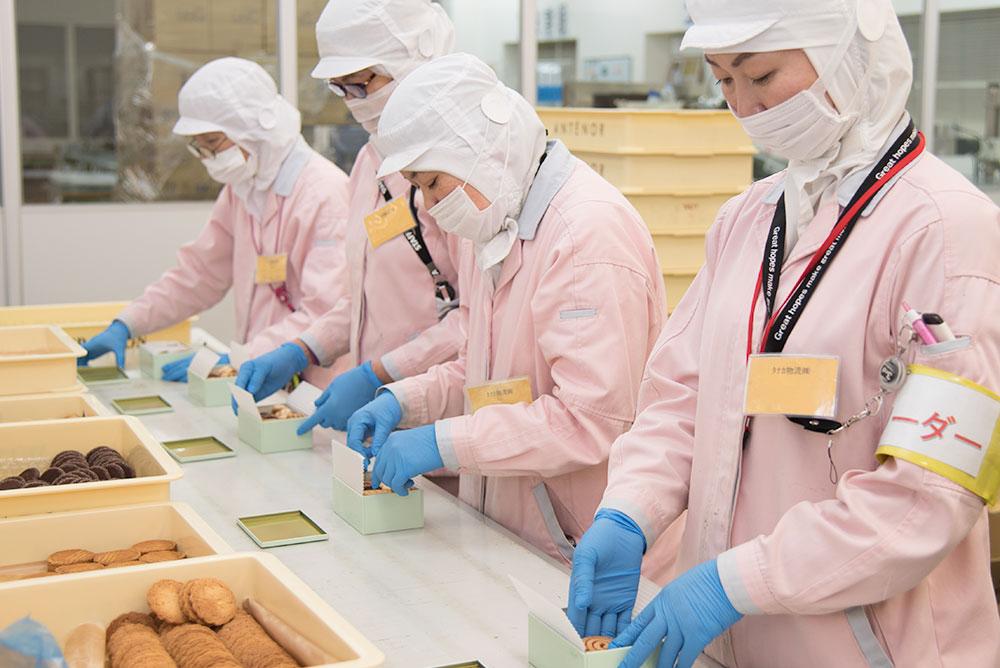 作業員は制服・制帽・上履きで作業を行っております。